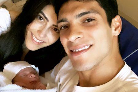 El goleador mexicano Raúl Jiménez presenta a su hija en redes sociales