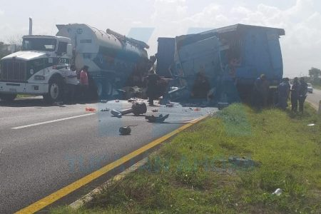 Camión de doble remolque causa doble choque en la carretera Mérida-Cancún
