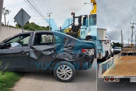 Camioneta con remolque invade carril y choca un auto
