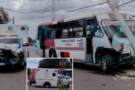 Ambulancia del ISSSTE se vuela el alto y choca contra un autobús