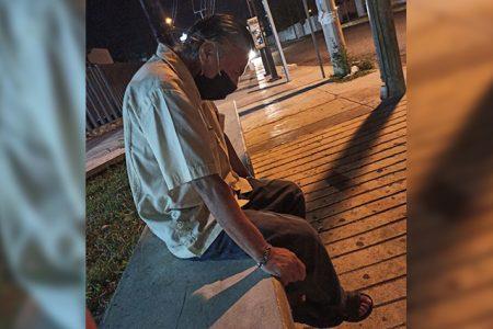 Abuelito no alcanzó combi tras consultar y un enfermero lo lleva a casa
