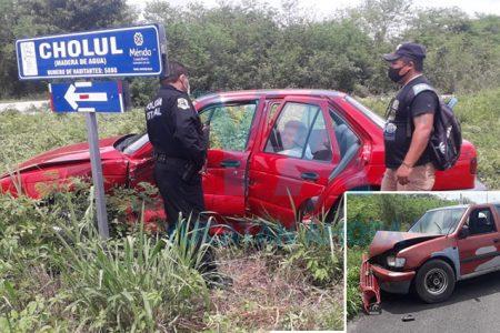 Abuelito de 75 años choca y saca de la carretera a un Tsuru