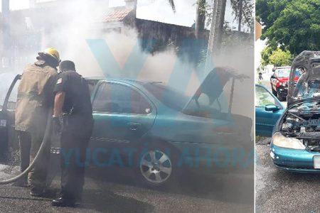 Abuelito arranca su auto, pero se incendia una cuadra después