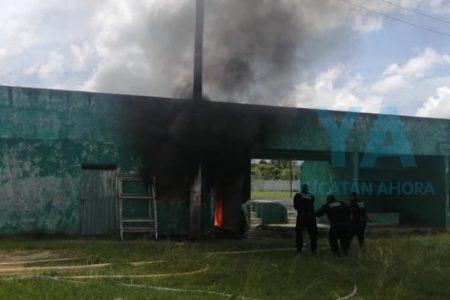 Por cortocircuito, se incendia bodega de unidad deportiva en Motul