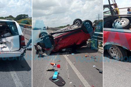Joven provoca aparatoso accidente entre tres autos sobre un puente del Periférico