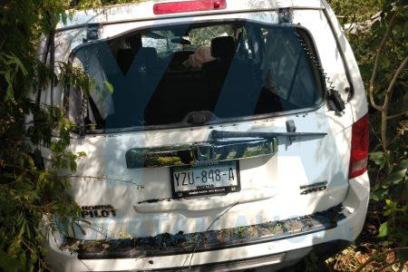 Camioneta choca contra un poste y queda electrificada con su conductora atrapada