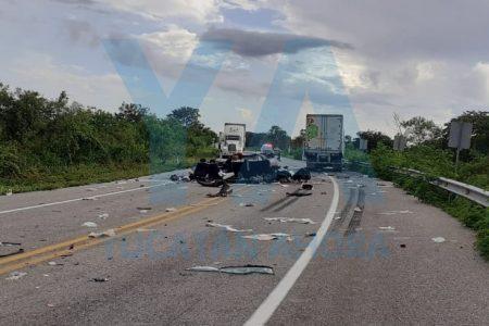 Trágico choque en carretera: mueren conductor y copiloto al estrellarse contra un camión