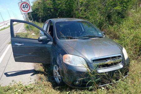 Joven conductor se distrae con su celular y se sale de la carretera a Progreso