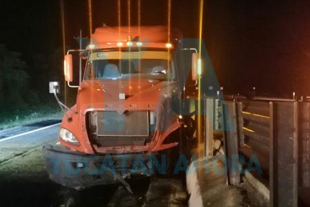 Tráiler se sale de un puente en la Mérida-Campeche
