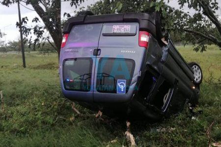 Vuelca tras perder el control de su camioneta en el Periférico