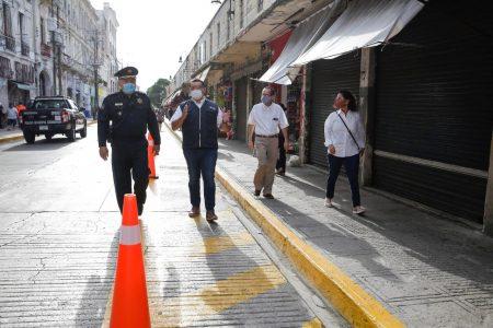 Renán Barrera supervisa las aceras ampliadas para que no se 'achoquen' los peatones