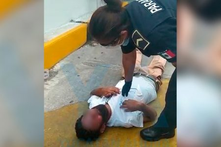 'Bello durmiente' en el estacionamiento de un local en Francisco de Montejo