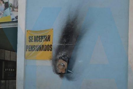 Cortocircuito en una tienda de telefonía celular, en el centro de Mérida