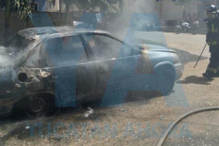 Ardió en llamas un Monza en Villas Oriente Kanasín: el dueño le metía mano