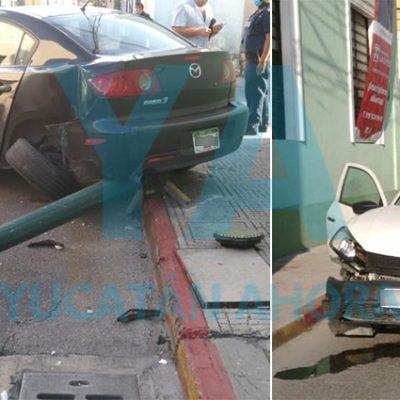 Choque en el Centro de Mérida: dos autos destrozados y un semáforo derribado