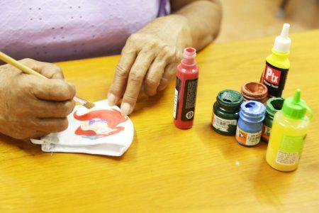 Yucateca sobrevive a crisis de Covid-19 haciendo cubrebocas pintados a mano