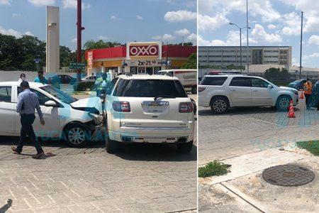 Ignora el alto y provoca choque de tres autos con dos heridos
