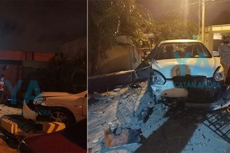 Conductora pierde el control, choca un auto y acaba dentro de una casa