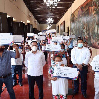 Mauricio Vila entrega apoyos a artesanos del oriente de Yucatán