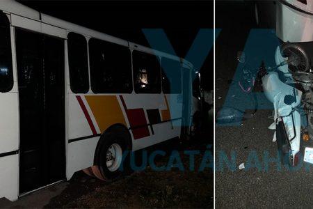 Joven ebrio y en moto choca contra un camión estacionado, en Kanasín