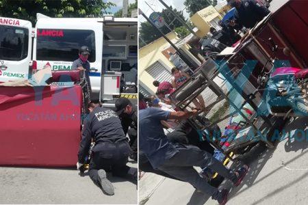 Vuelca un mototaxi al ser chocado por un auto que ignoró el alto: dos heridos