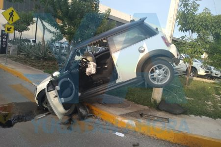 Joven conductora causa desastroso accidente en el fraccionamiento Monterreal