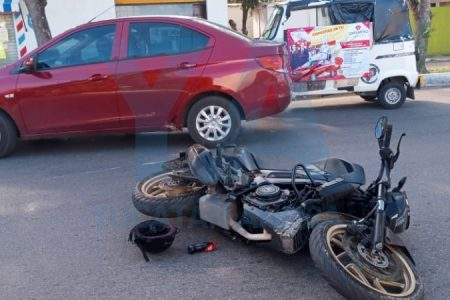 Motocicleta atropella a un veterano vendedor de periódicos: dos lesionados