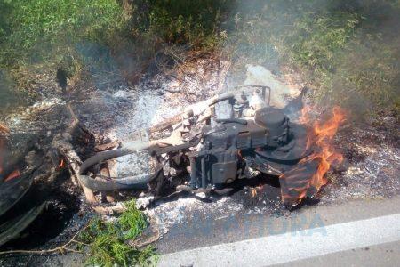 Abandonan a la entrada de un poblado motocicleta envuelta en llamas