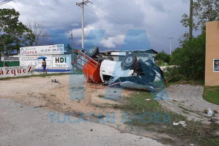 Piloto y copiloto terminan zarandeados en la carretera Mérida-Progreso