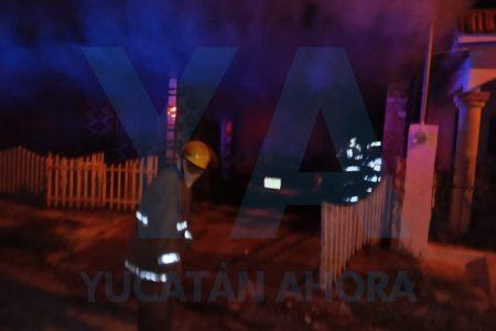 Pega el grito en la Alemán: se incendia su auto la noche del 15 de septiembre