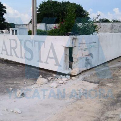 Por conducir hablando por celular, se estampa contra muro de la Universidad Marista