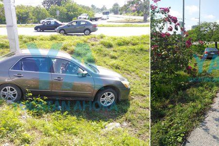 Se sale del Periférico por esquivar otro auto que se le atravesó
