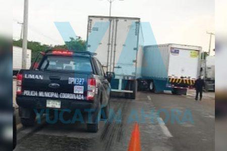 Intenta ganar el paso y provoca choque de tráileres en la Mérida-Umán