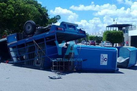 Ignora el alto, choca y vuelca una camioneta con baños portátiles