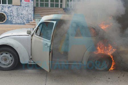 Se incendia VW clásico en la avenida Colón: fue pérdida total