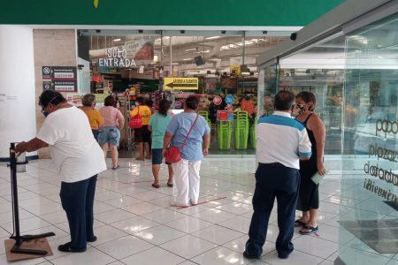 Con medidas sanitarias, afluencia moderada y algunos locales cerrados, reabren centros comerciales