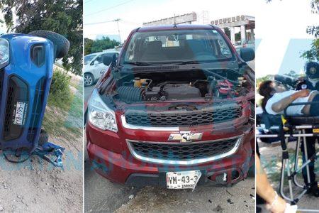 Vuelcan tras ser chocados por una camioneta que se voló el alto; una lesionada