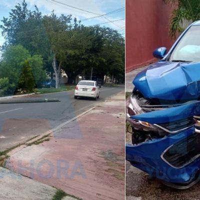 Causa desastre en Sodzil Norte y huye dejando abandonado su auto
