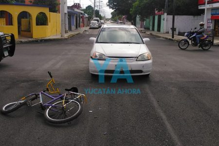 Lo atropellan con su bici por no respetar el alto