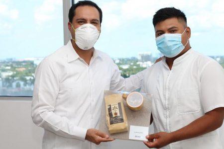 Gobernador de Yucatán premia esfuerzo de joven que trabajó como albañil para ser enfermero