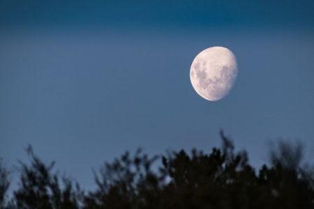 Hoy, triángulo amoroso entre la Luna con Júpiter y Saturno