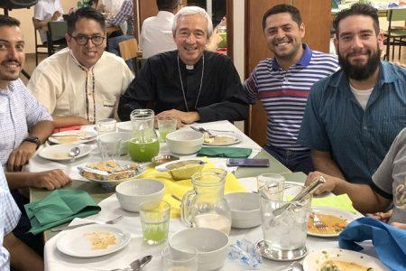 Mons. Patrón Wong recibe el máximo reconocimiento a mexicanos destacados en el extranjeros
