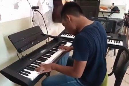 Joven yucateco sorprende con su talento por la música, pero la falta de recursos lo limita