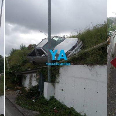 Un poste lo salva de caer de un puente, tras ser chocado por otra camioneta