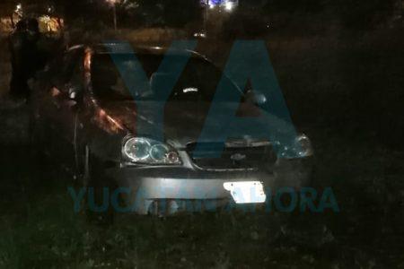 Abandonan un auto que derribó dos árboles en el Periférico