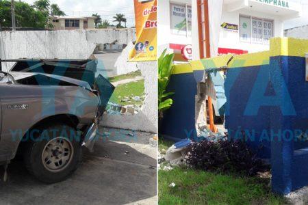 Joven de 18 años pierde el control de una camioneta y derriba un muro