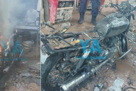 Se incendia y pierde su moto mientras la reparaba