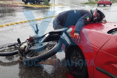Impactante accidente en el Periférico: motociclista queda sobre un auto