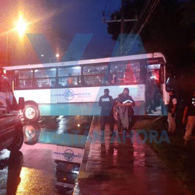 Autobús urbano casi se mete al campo de futbol del Cumbres