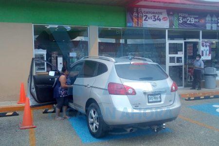 Se tomó en serio lo de tienda de autoservicio: casi se mete con todo y vehículo